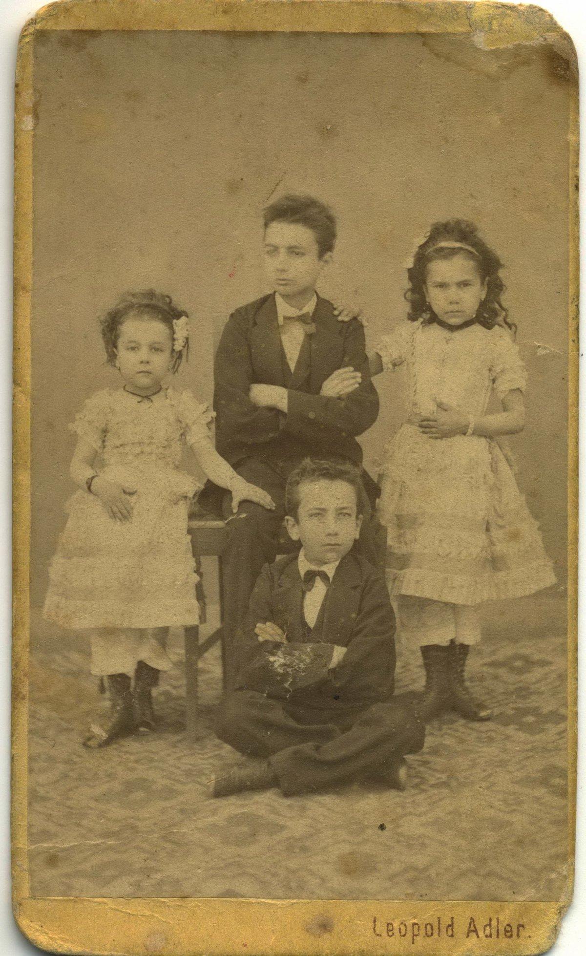 Az ükszülők, Bogdán István és Zakariás Anna gyermekei, 1862 •  Fotó: Nagy Gyöngyvér személyes archívuma