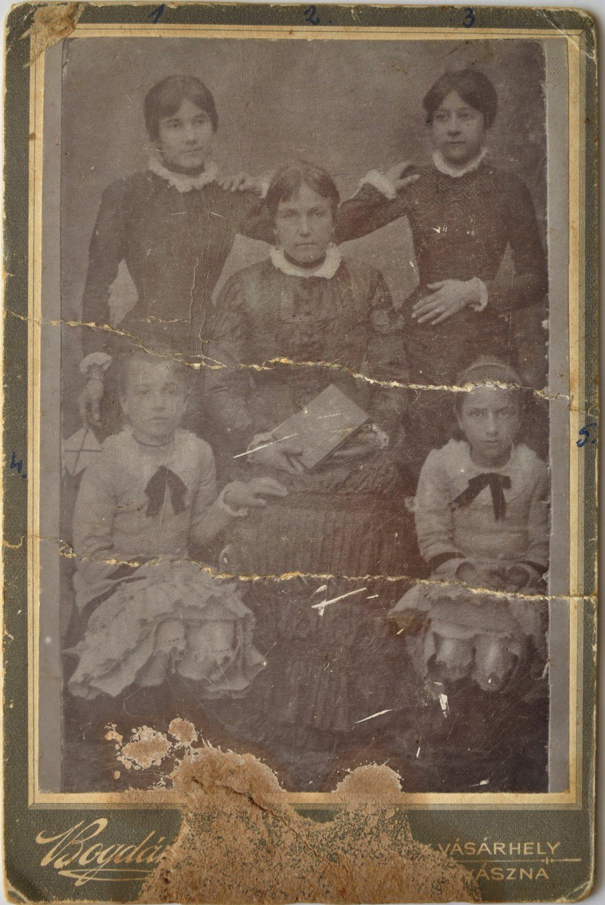 Az ükanya, Bogdán Istvánné Zakariás Anna és gyermekei, 1881 •  Fotó: Nagy Gyöngyvér személyes archívuma