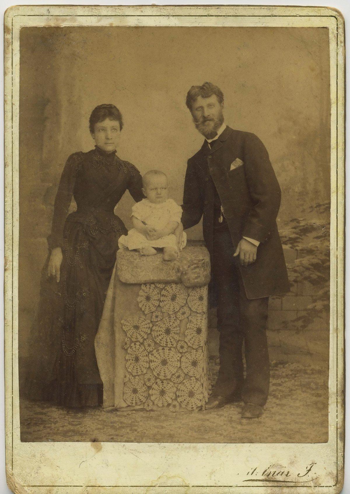 Dédszülők, Nagy Géza és Bogdán Rozália gyermekükkel, 1886 körül •  Fotó: Nagy Gyöngyvér személyes archívuma