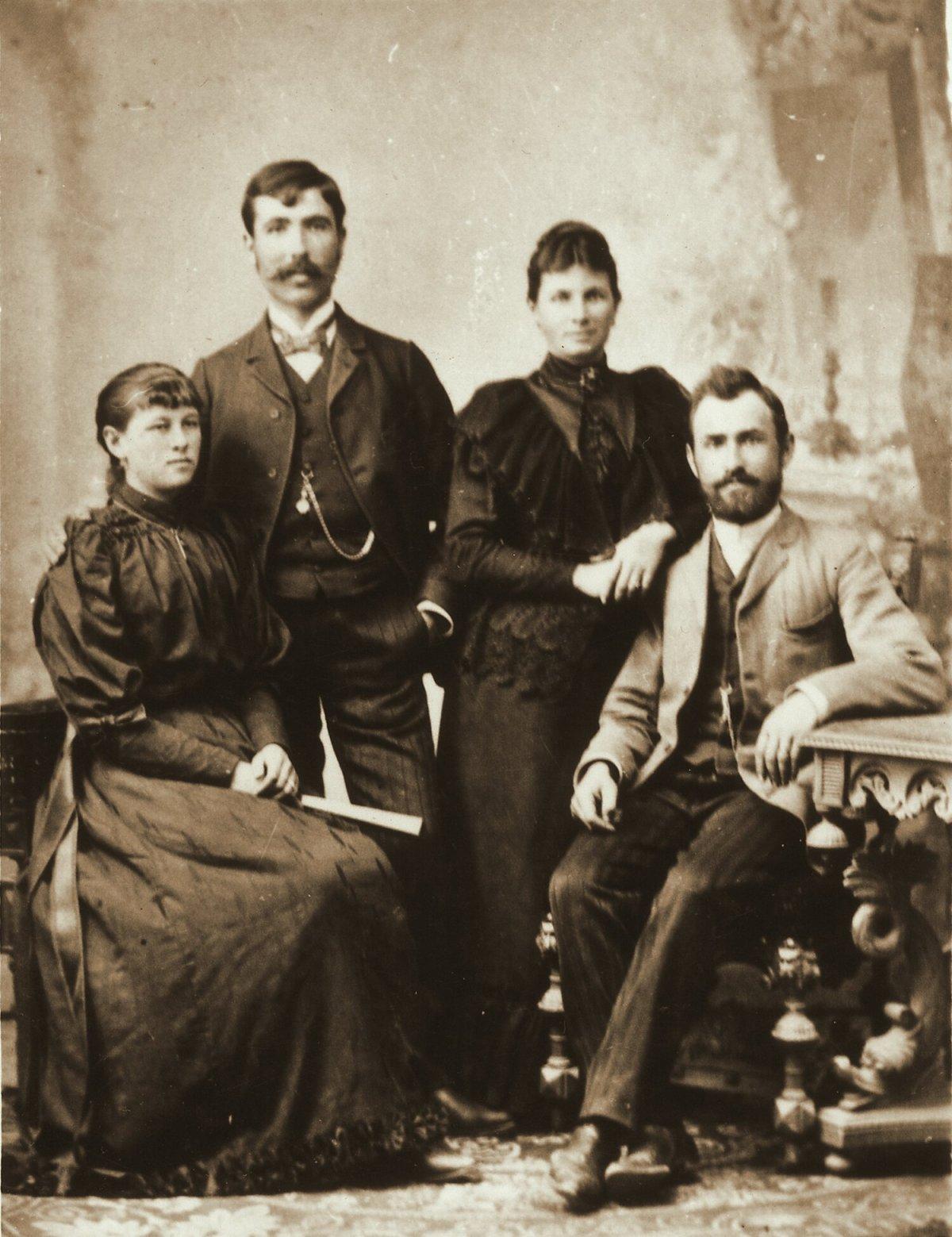 Köllő Regina és Portik Lajos, valamint a dédszülők, Köllő Marcella és Szabó Sándor, 1900 •  Fotó: Nagy Gyöngyvér személyes archívuma