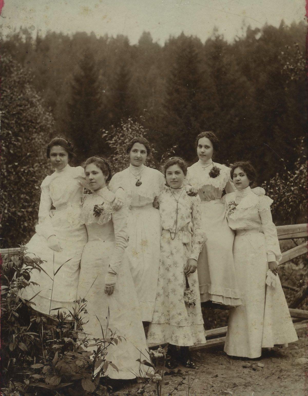 A dédanya Bartalis Irén diáktársaival, 1895 •  Fotó: Nagy Gyöngyvér személyes archívuma
