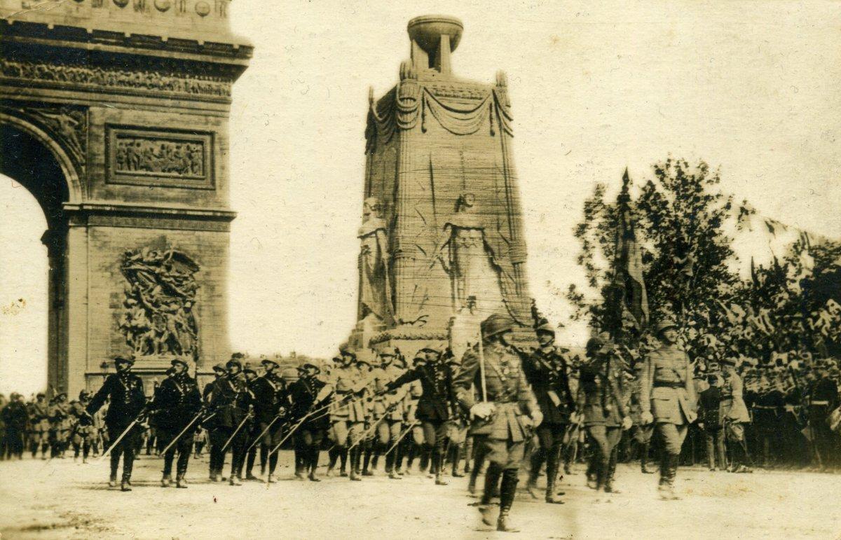 Párizsi felvonulás, 1919 •  Fotó: Molnár Attila gyűjteménye