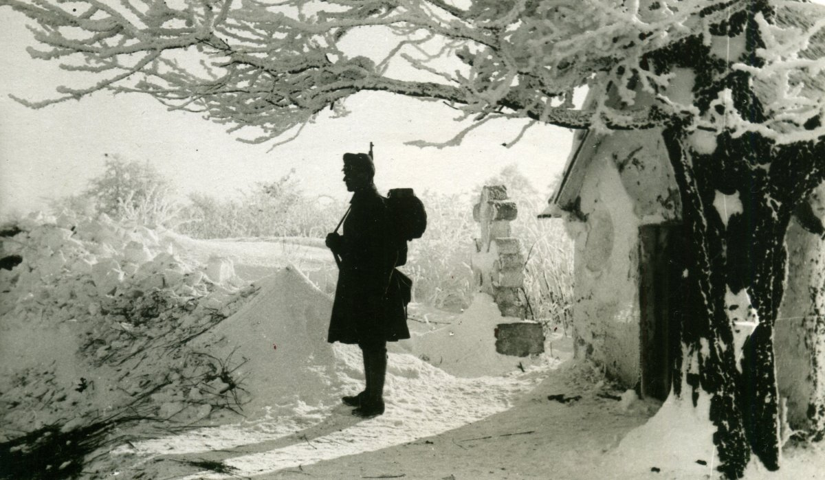 Magyar katona őrt áll, Tirol, 1916 •  Fotó: Molnár Attila gyűjteménye