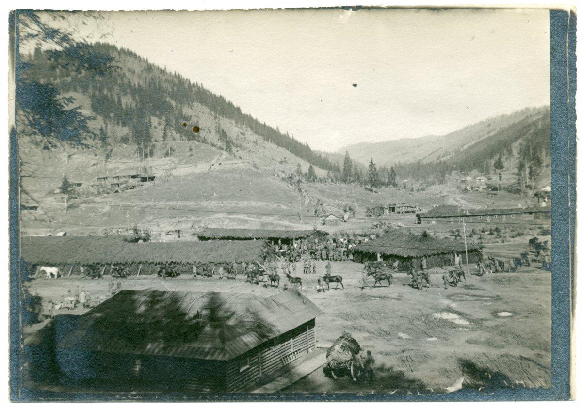 Csata előtti felvonulás, Úz-völgye, 1917, Meskó Tibor albumából •  Fotó: Molnár Attila gyűjteménye