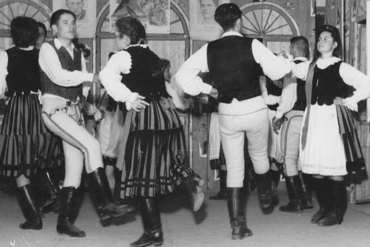 Csíkkozmási tánccsoport – 1949 májusa •  Fotó: Forrás: Csíki Székely Múzeum