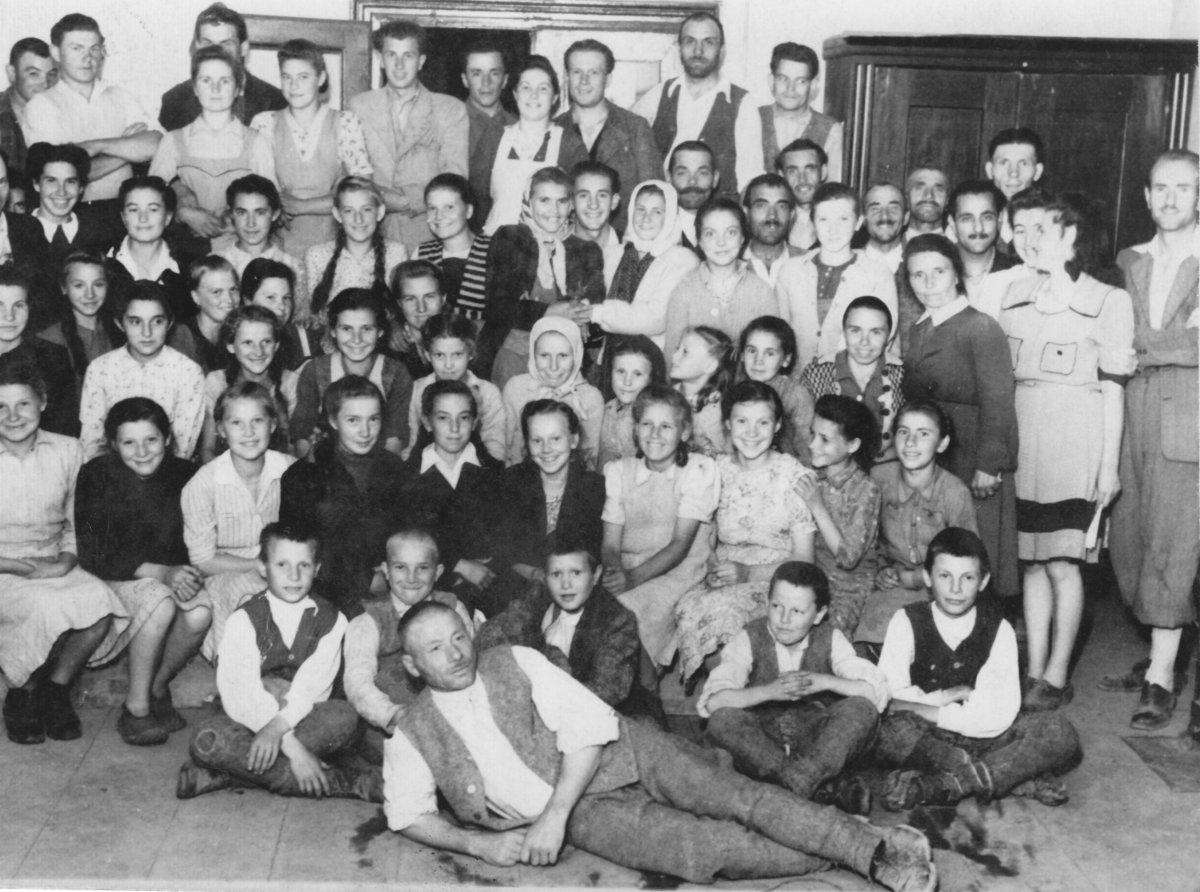 Csíkszentgyörgyi kultúrcsoport – 1949 májusa •  Fotó: Forrás: Csíki Székely Múzeum