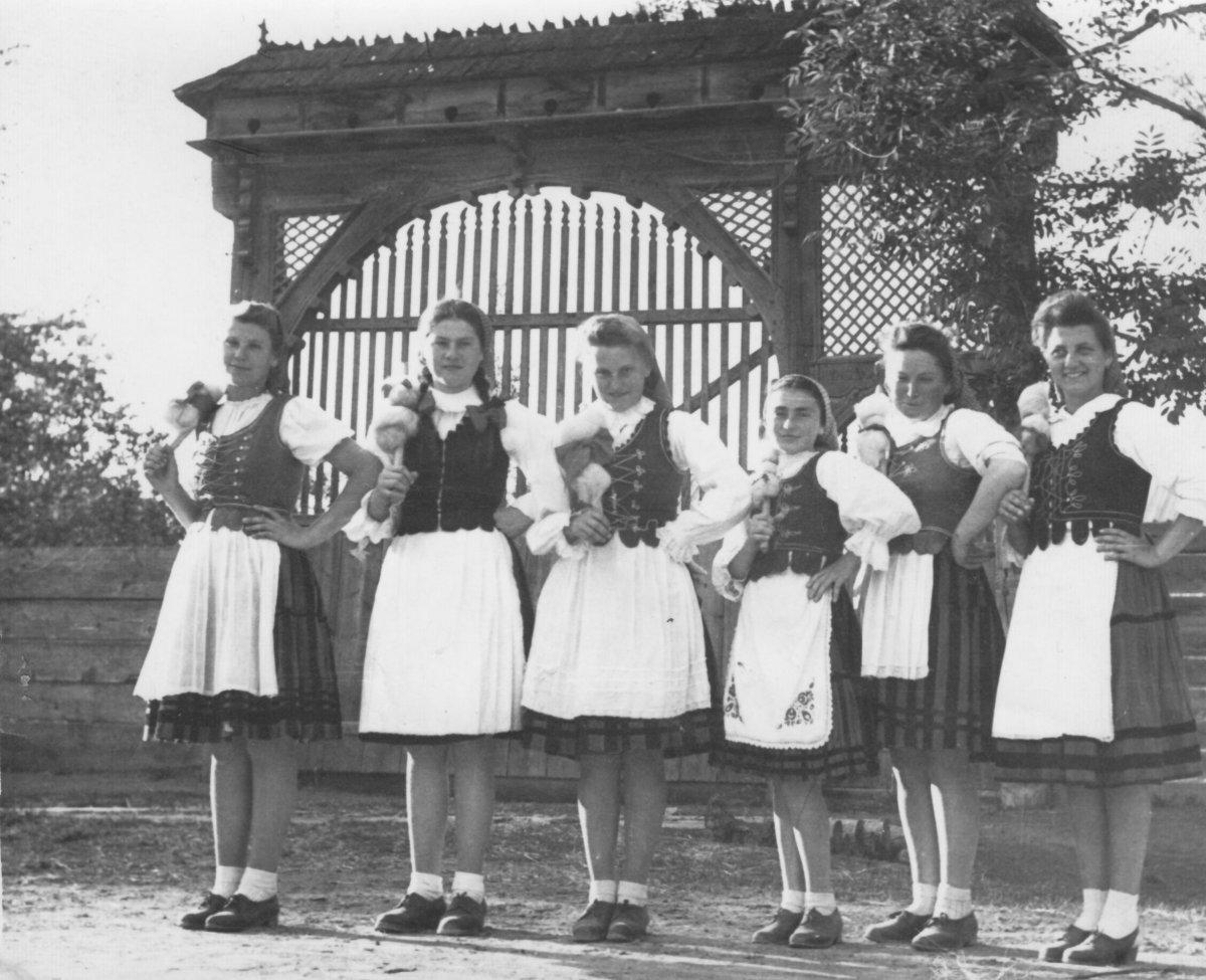 Csíkszentsimoni tánccsoport – 1949 májusa •  Fotó: Forrás: Csíki Székely Múzeum