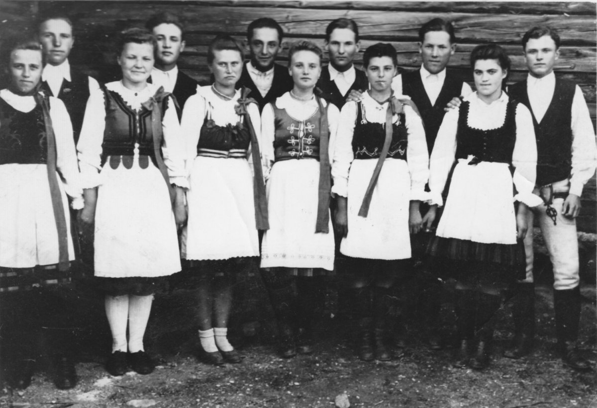 Madéfalva tánccsoportja – 1949 májusa •  Fotó: Forrás: Csíki Székely Múzeum