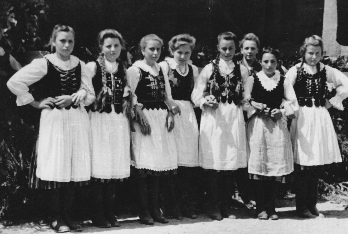 Újtusnádi tánccsoport – 1949 májusa •  Fotó: Forrás: Csíki Székely Múzeum