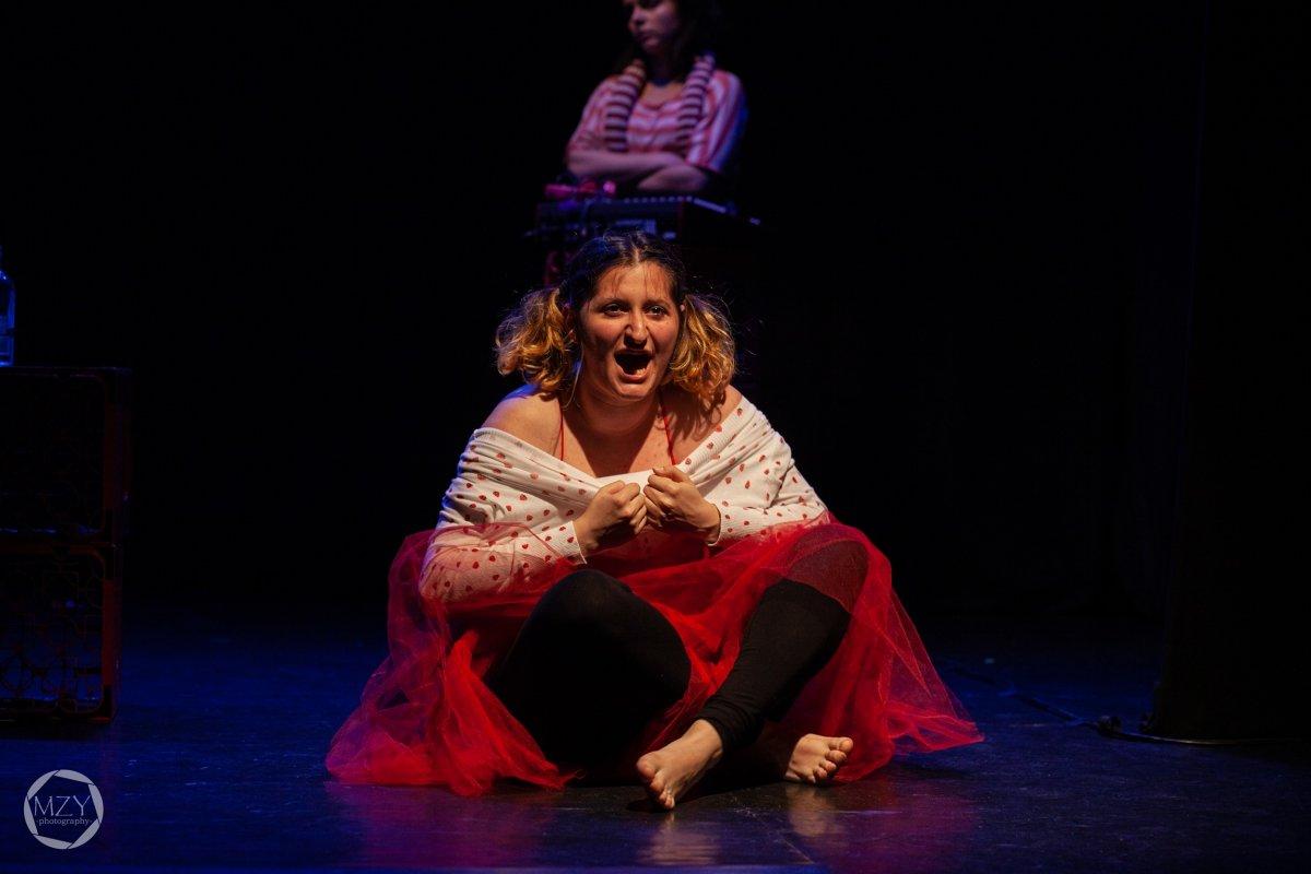 Elżbieta Chowaniec Gardénia című darabja a Marosvásárhelyi Művészeti Egyetem előadásában •  Fotó: Mezey Koppány / Forrás: Unscene fesztivál