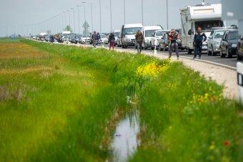 Nehéz átjutni a határon, kétórás a várakozási idő a nagylaki átkelőknél