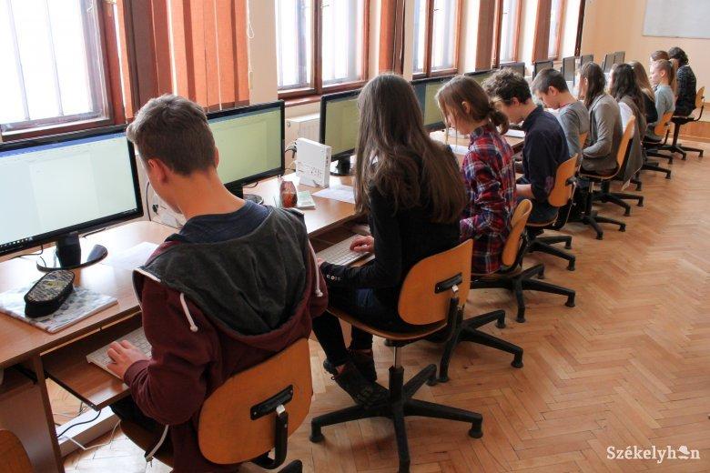 Jobbak a körülmények az erdélyi magyar iskolákban, de nagy az eltérés a vidéki és a városi osztályok felszereltsége között