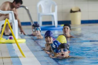Harmonikusan fejleszt: úszás