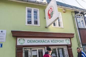 Anyagi gondok miatt takaréklángra kényszerülnek a demokrácia-központok