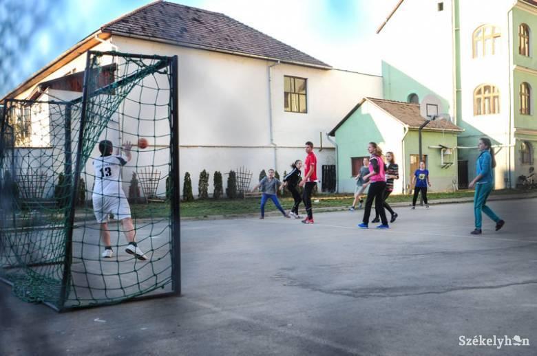 A lakosság is használhatná az iskolák sportpályáit egy törvénytervezet szerint