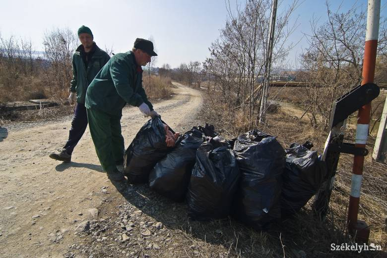Tizennégy kilométernyi folyó- és patakszakasz mentén takarítanak