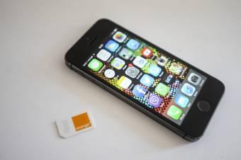 Alkotmányellenes az a rendelet, amely a telefonos feltöltőkártyák vásárlását a személyes adatok megadásához kötötte