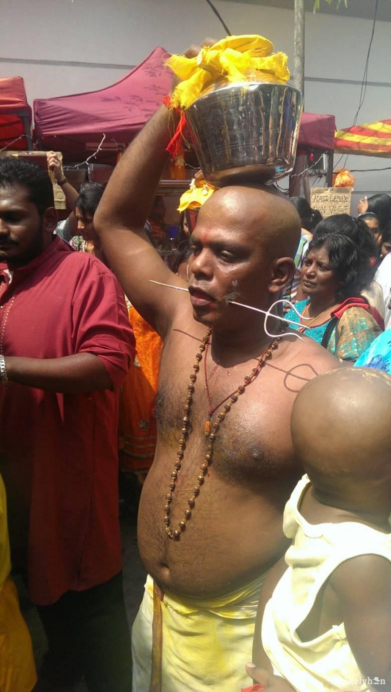 Góbéságok a nagyvilágban – Átszúrt arcú hinduk között
