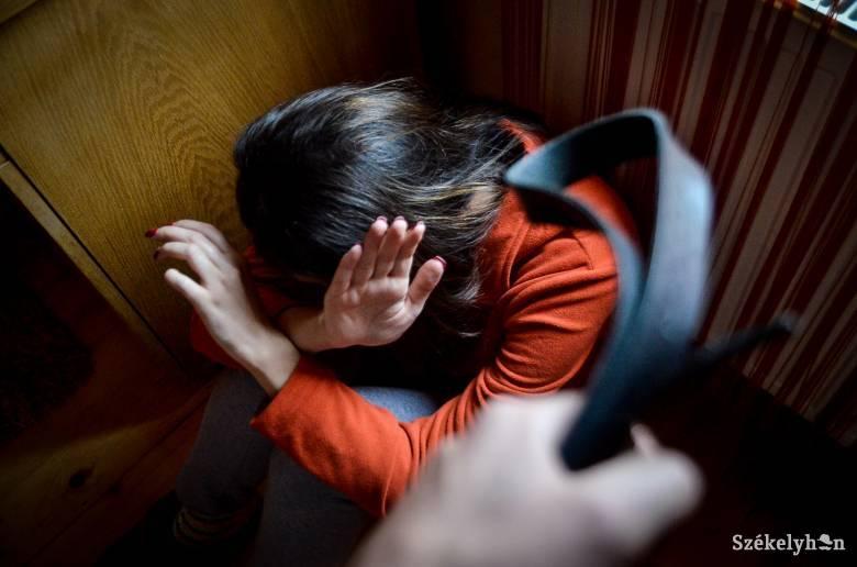 A bántalmazó és az áldozat anyja ellen is vádat emeltek kiskorúval létesített szexuális kapcsolat miatt