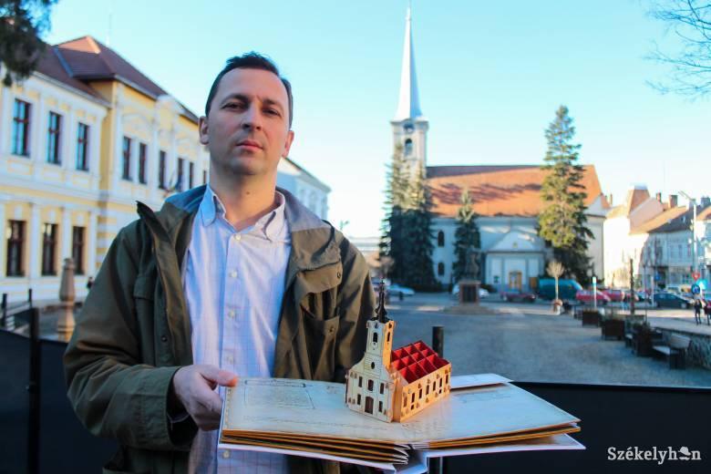 Kézi munkával készített térbeli könyvvel hívja fel a figyelmet az épített örökségre