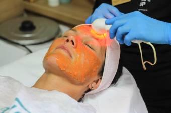 A megfelelő ápolás a ragyogó bőr titka – A gyógynövényalapú termékek pozitívumait hangsúlyozza Gáspár Kinga kozmetológus