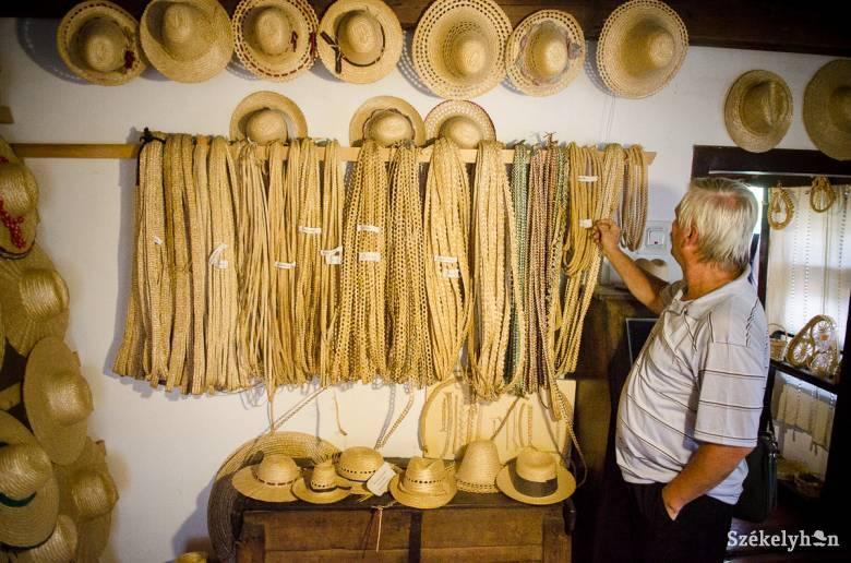 Élő hagyomány a szalmakalap-készítés Kőrispatakon: az idén húszéves múzeumot népszerűsíti a hétvégén tartandó fesztivál