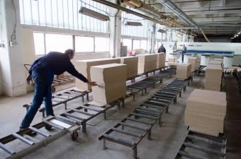 A bútorgyártókat az ág is húzza: történelmi csúcson a faanyag ára, bajban a feldolgozók