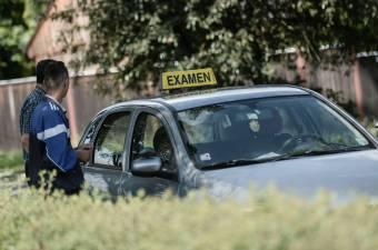 Idegtépő türelemjáték a sofőrvizsga, gyorsítani próbálnak Erdélyben