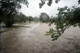 Árvízveszélyre figyelmeztetnek a Maros és az Olt folyókon is