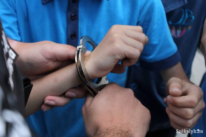 Kiskorúval létesített szexuális kapcsolat gyanújával vették őrizetbe