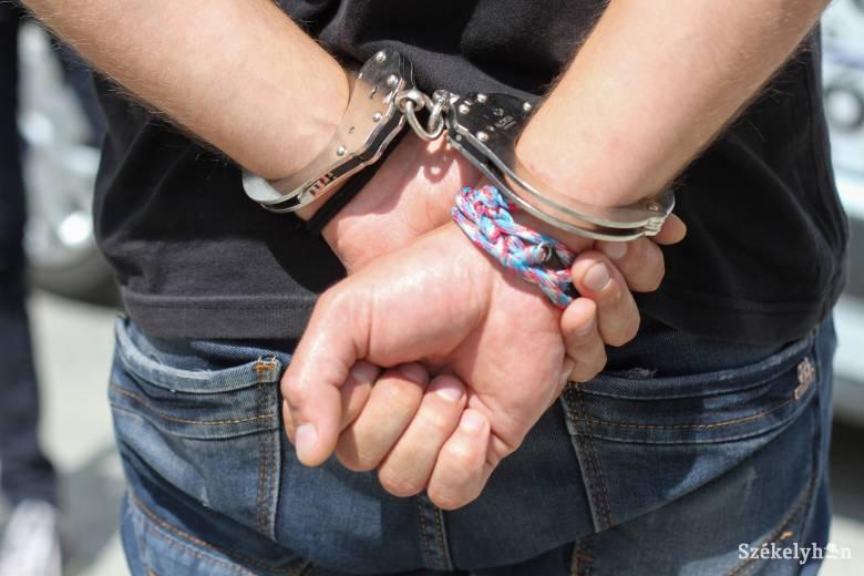 Három év börtönbüntetés jogosítvány nélküli autóvezetés miatt