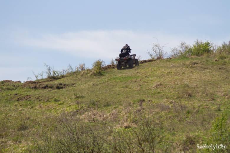 Feljelentést tettek a természeti és épített környezetet rongáló motorosok ellen