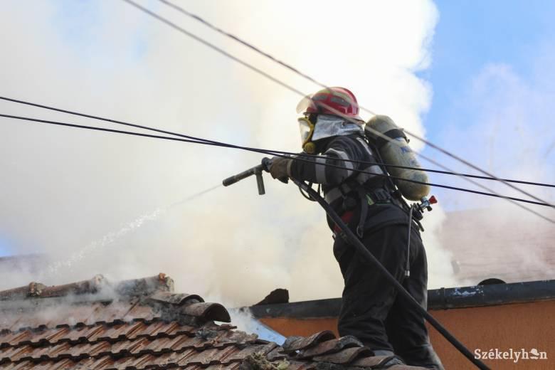 Kigyulladt egy lakóház Marosvásárhelyen, tucatnyi embernek kellett elhagynia a szomszédos épületet