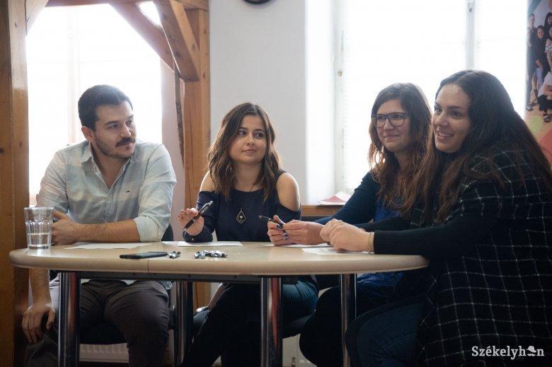 Tanítva tanulnak a külföldi önkéntesek Székelyudvarhelyen