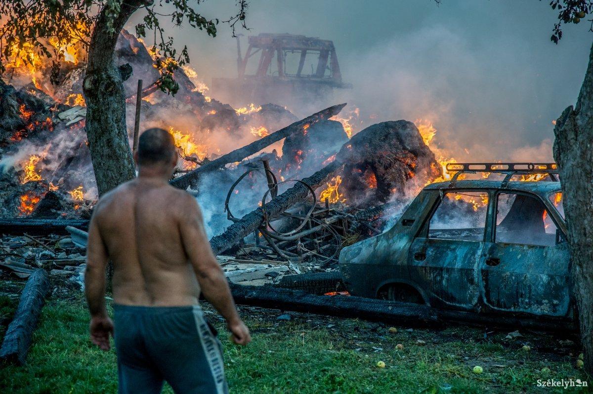 Az udvarhelyi hivatásos tűzoltók mellett hat önkéntes alakulat is segített oltani a szentpáli tűznél •  Fotó: Barabás Ákos