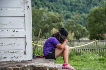 Lelki sérüléseket, viselkedési zavarokat okoz a szülő hiánya: közel százezer gyereket hagytak hátra a külföldön dolgozó románok