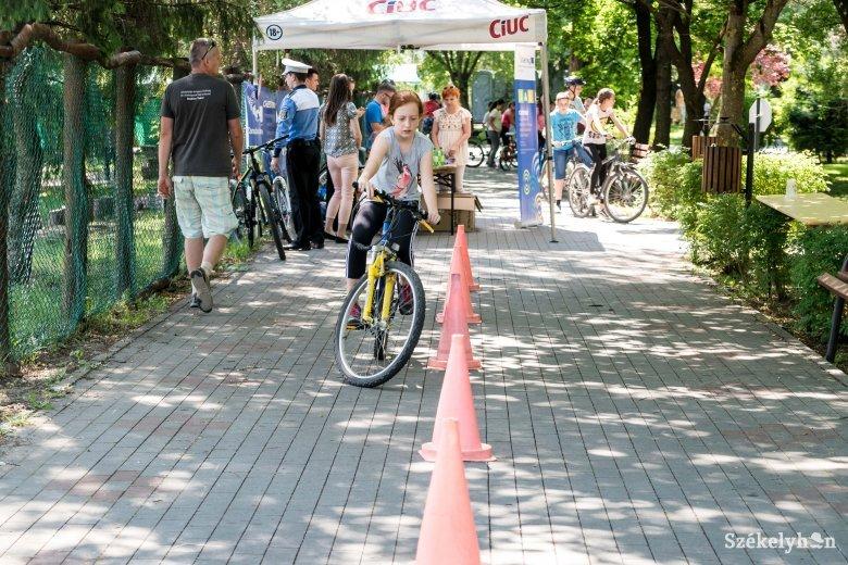Biciklis akadálypályán oktatták a fiatalokat a közlekedési szabályokra