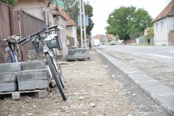 Megoldaná a parkolási gondokat, mérsékelné az autós forgalmat a várost átszelő kerékpárút