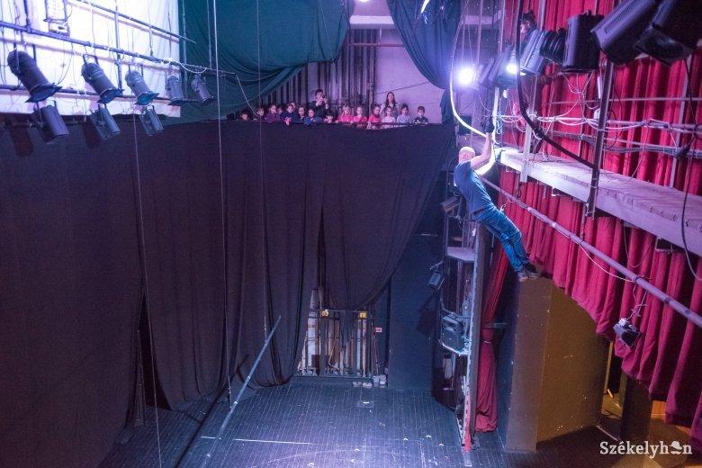 A színpaddal szemben, a nézők mögött