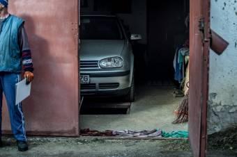 Megbüntetik azt, akinek közterületen garázsa van, és esténként nem benne parkol, hanem mellette