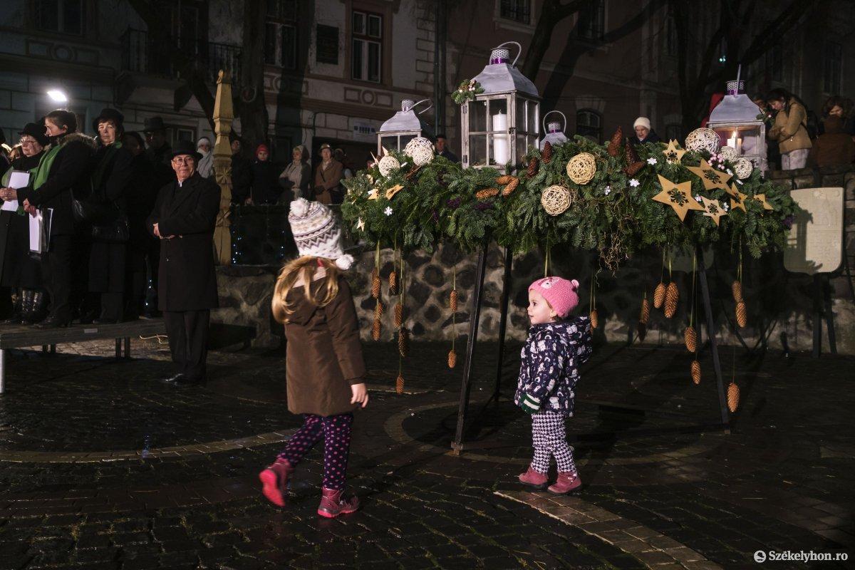 https://media.szekelyhon.ro/pictures/udvarhely/aktualis/2019/01_december/o_adventi-gyertya-vn-006.jpg