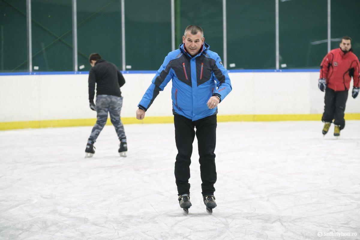 https://media.szekelyhon.ro/pictures/udvarhely/aktualis/2019/01_december/o_jegpalya-avatas-vn-009.jpg