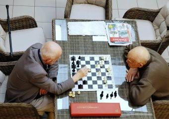 Egymásra licitálnak a pártok a különnyugdíjak ellen irányuló tervezeteikkel