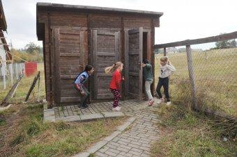A romániai iskolák bő egyharmadában nincs benti mosdó, 100 millió eurós hitelből javítanának a helyzeten