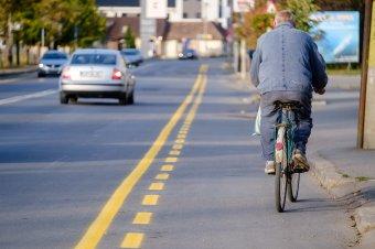 Felfestették a kerékpársávokat, megszűnik a parkolás