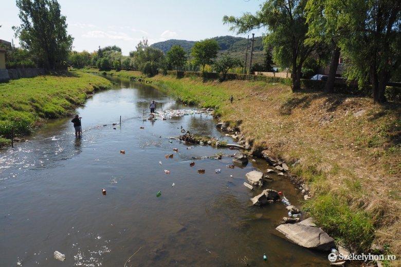 Palackokat úsztattak le a Nagy-Küküllőn, a folyó szennyezettségére hívva fel a figyelmet