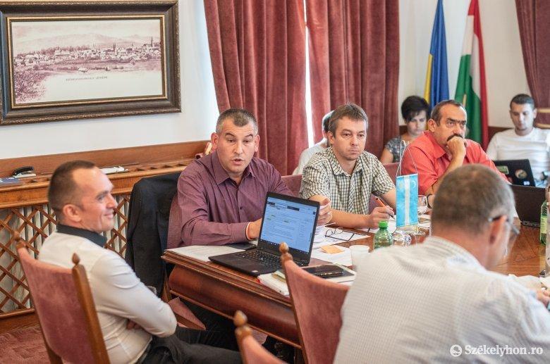 A testvértelepülésektől kapott zászlók eltávolítását kéri Tanasă Székelyudvarhely polgármesterétől