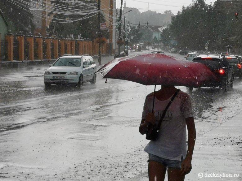 Tizenhárom erdélyi megyében figyelmeztetnek záporokra, zivatarokra a meteorológusok