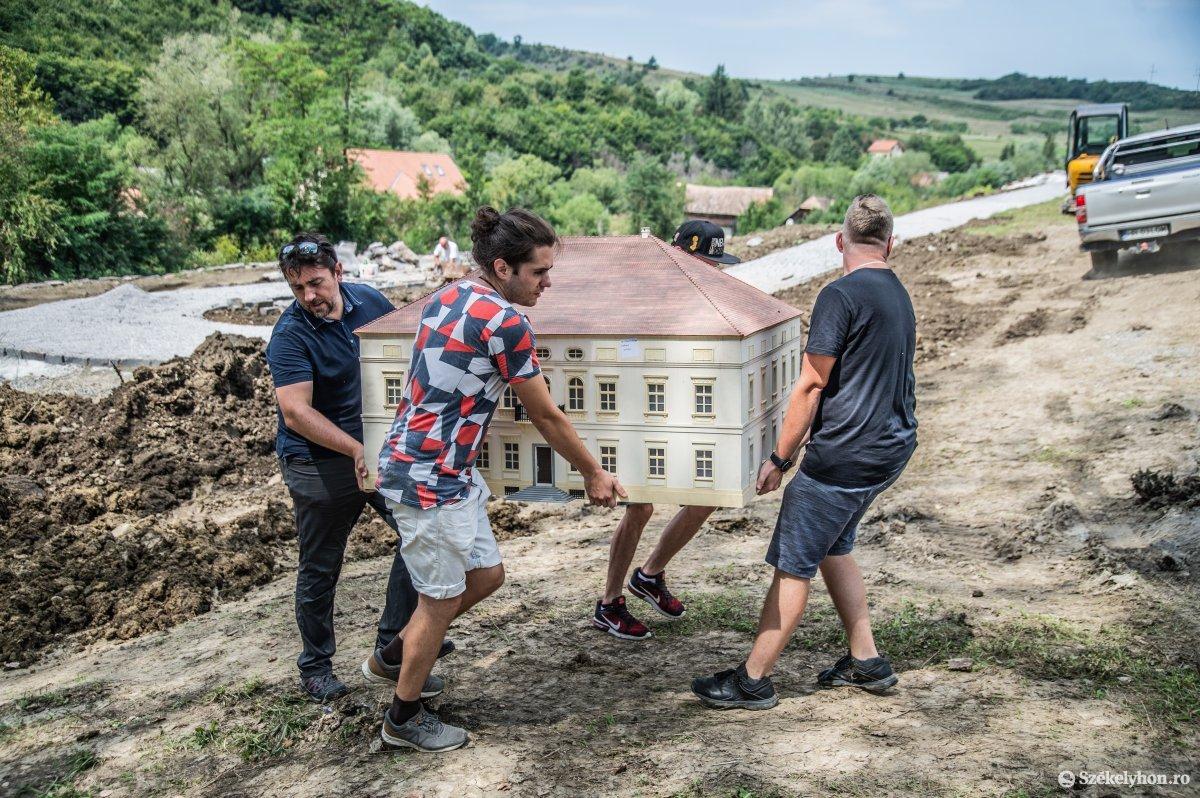 https://media.szekelyhon.ro/pictures/udvarhely/aktualis/2019/05_augusztus/o_mini-erdely-park-szejke-ba-10.jpg