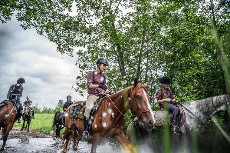 Lovas és kerékpáros zarándokok viszik az imaszalagokat a csíksomlyói búcsúra